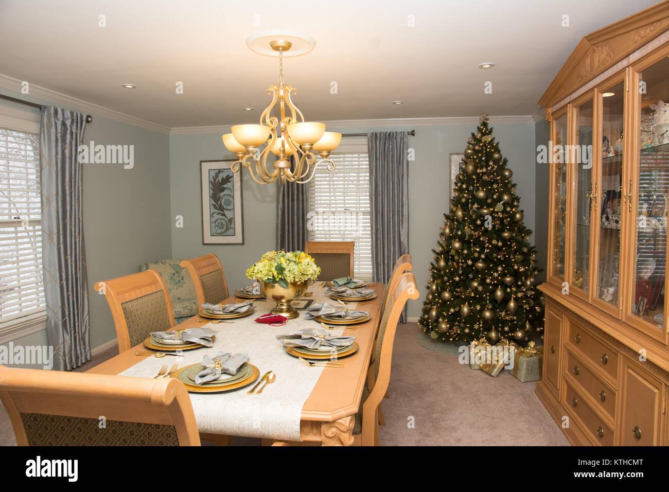Comedor con mesa, decorado para las vacaciones de Navidad Foto de stock