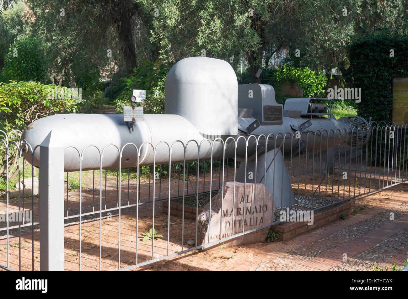 Mini submarino War Memorial dentro de los jardines públicos de Taormina, Sicilia, Europa Imagen De Stock