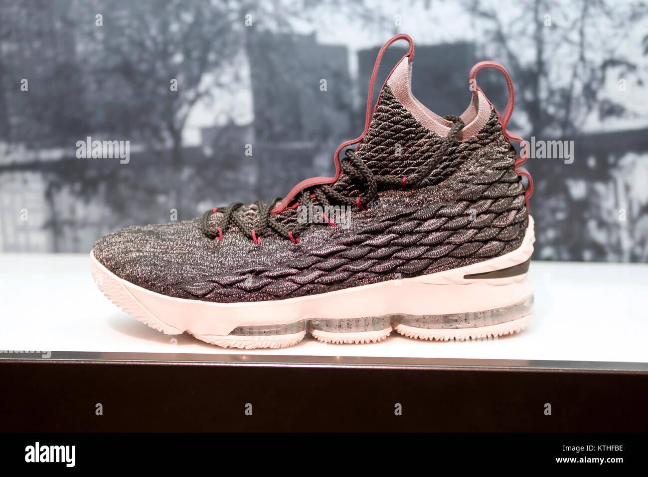 Kenia justa principal  $185 un par de Lebron 15 zapatillas Nike en venta de Footlocker en el  Queens Center Mall en Elmhurst, Queens, Nueva York Fotografía de stock -  Alamy