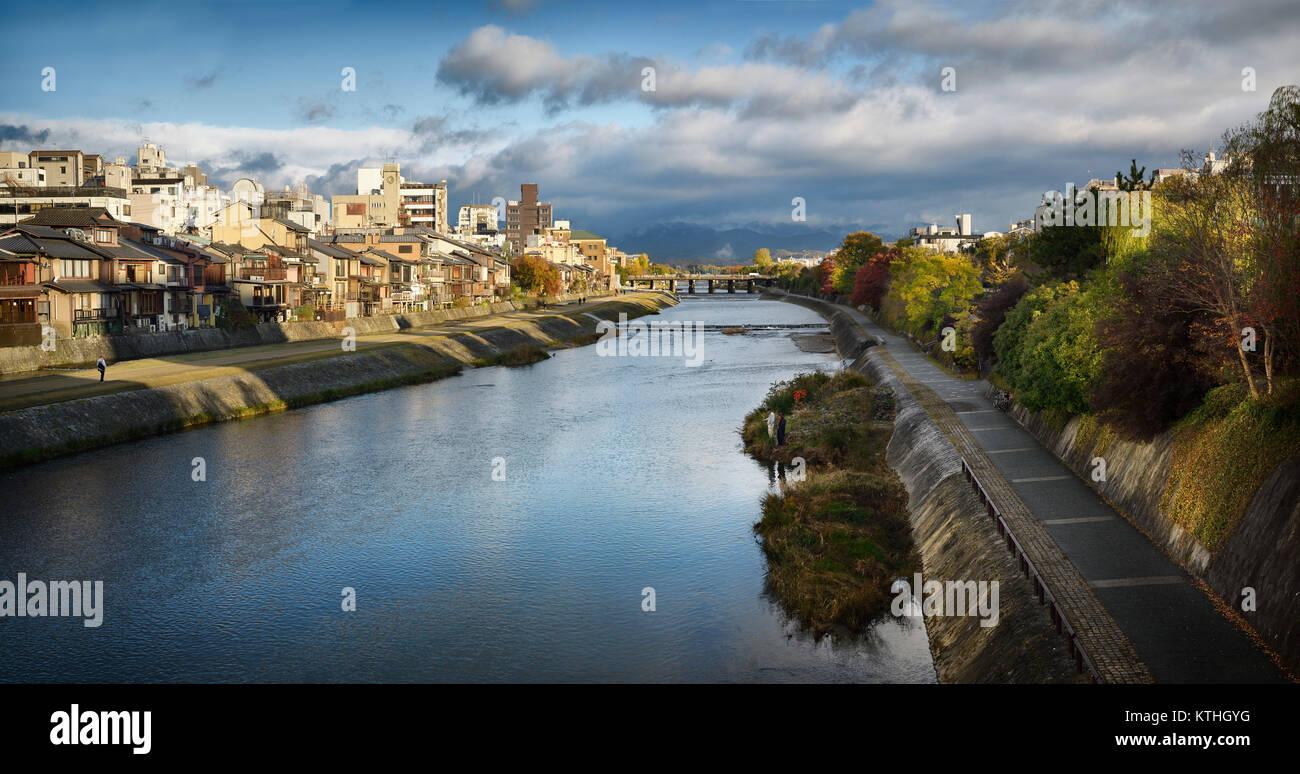Río Kamo Kamo-gawa, con senderos a lo largo de las orillas y gente pescando. Kyoto hermosas vistas panorámicas Imagen De Stock
