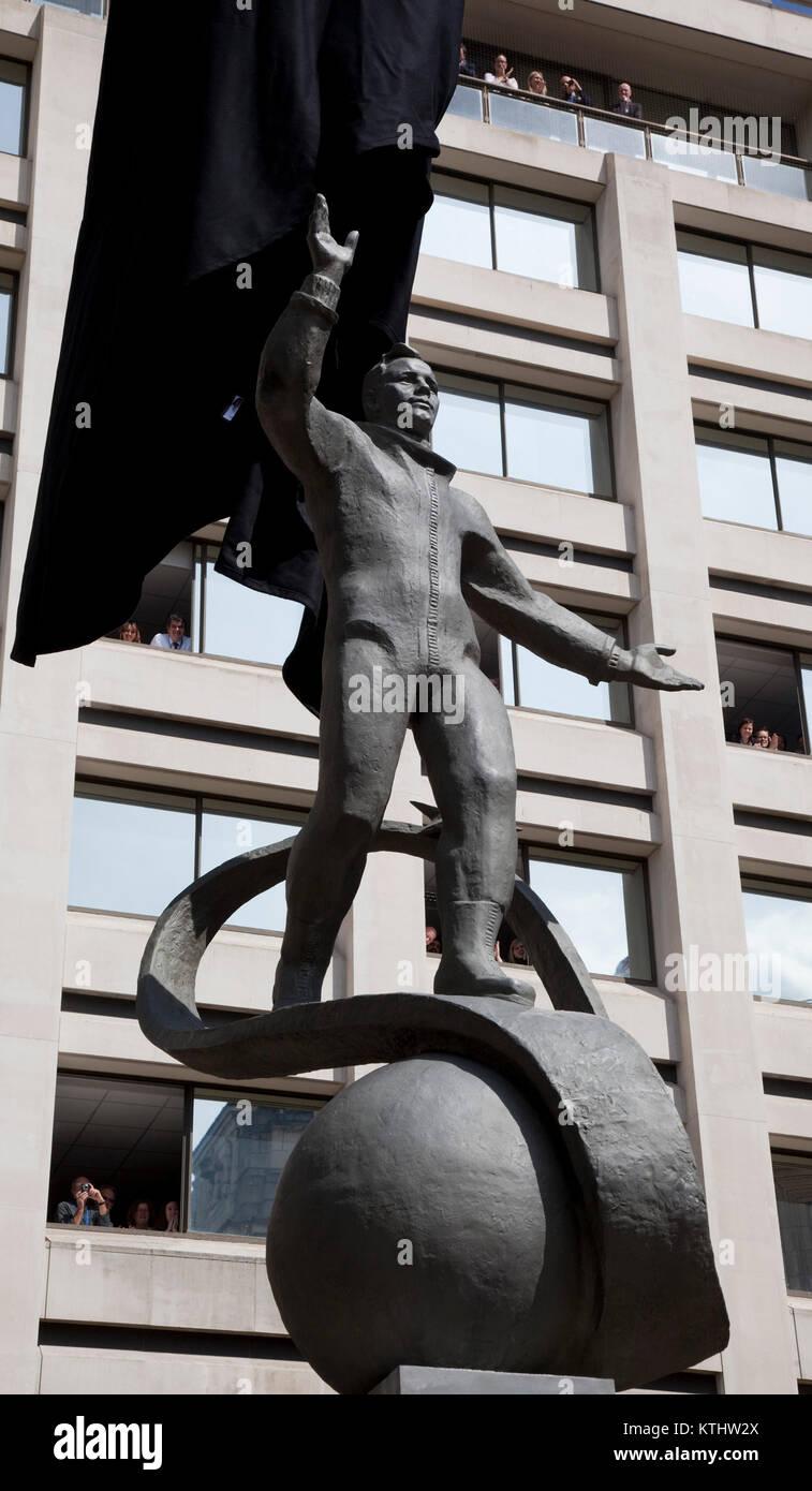 Una estatua de Yuri Gagarin, el primer hombre en el espacio, se reveló hoy fuera del British Council de Londres HQ en el Mall para conmemorar el 50º aniversario del primer vuelo espacial tripulado. Hoy, 14 de julio de 2011, exactamente 50 años después del día en que Gagarin se reunió la Reina como parte de su visita al Reino Unido en 1961. La inauguración de la estatua fue llevada a cabo por el cosmonauta de la hija Elena Gagarina, ahora director de los museos del Kremlin en Moscú y su Alteza Real el Príncipe Michael de Kent. La estatua será instalada en el centro comercial durante un período de 12 meses. Foto de stock
