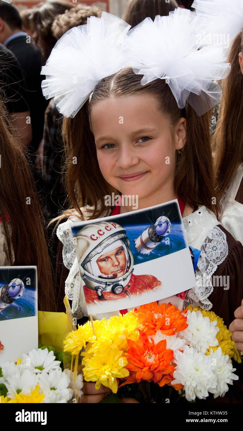 Federación schoool chica linda, 10, de la Federación Internacional de Teatro de la escuela. Una estatua de Yuri Gagarin, el primer hombre en el espacio, se reveló hoy fuera del British Council de Londres HQ en el Mall para conmemorar el 50º aniversario del primer vuelo espacial tripulado. Hoy, 14 de julio de 2011, exactamente 50 años después del día en que Gagarin se reunió la Reina como parte de su visita al Reino Unido en 1961. La inauguración de la estatua fue llevada a cabo por el cosmonauta de la hija Elena Gagarina, ahora director de los museos del Kremlin en Moscú. Foto de stock