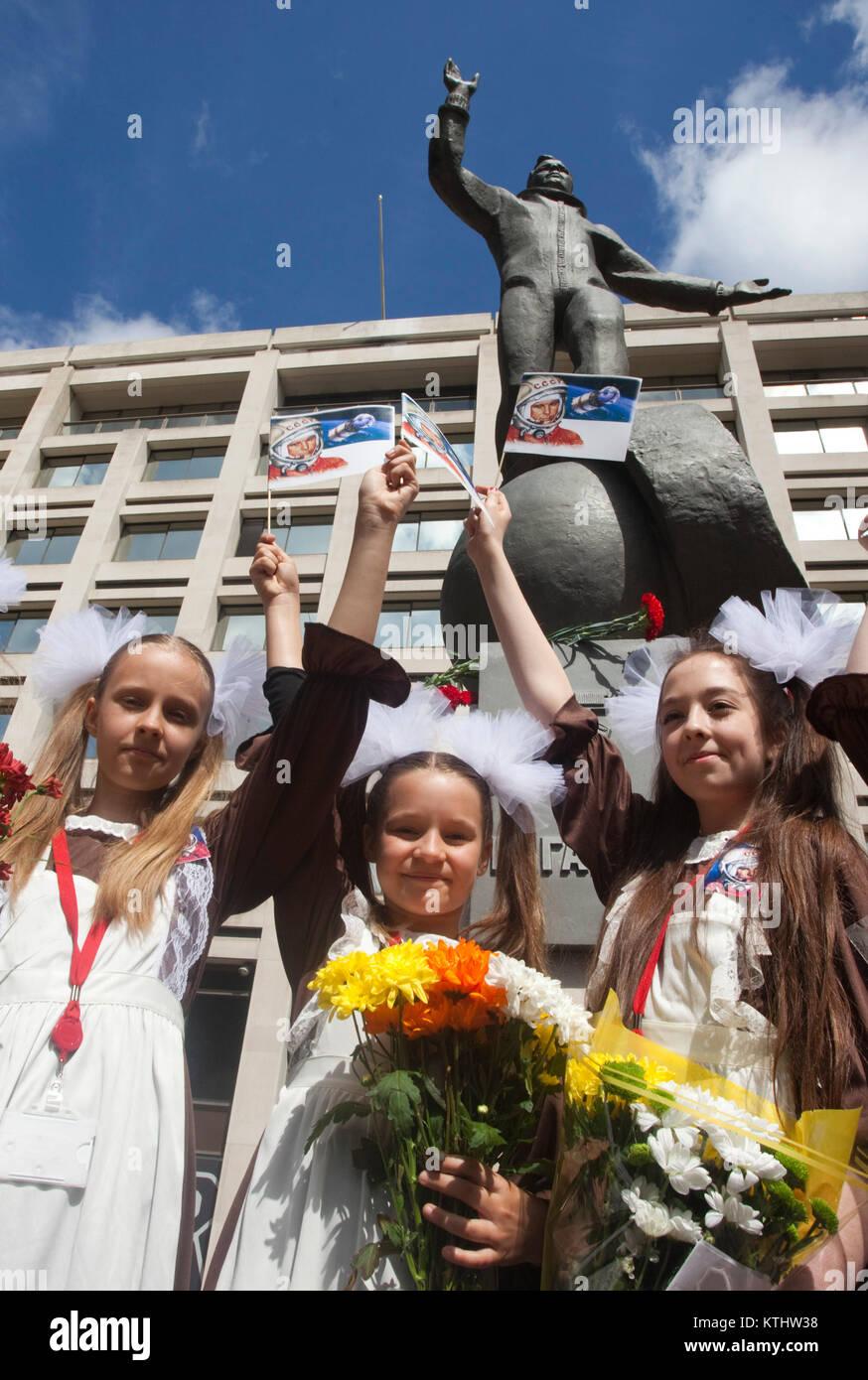 Las alumnas de la Escuela Internacional de Teatro Ruso. Una estatua de Yuri Gagarin, el primer hombre en el espacio, se reveló hoy fuera del British Council de Londres HQ en el Mall para conmemorar el 50º aniversario del primer vuelo espacial tripulado. Hoy, 14 de julio de 2011, exactamente 50 años después del día en que Gagarin se reunió la Reina como parte de su visita al Reino Unido en 1961. La inauguración de la estatua fue llevada a cabo por el cosmonauta de la hija Elena Gagarina, ahora director de los museos del Kremlin en Moscú Foto de stock