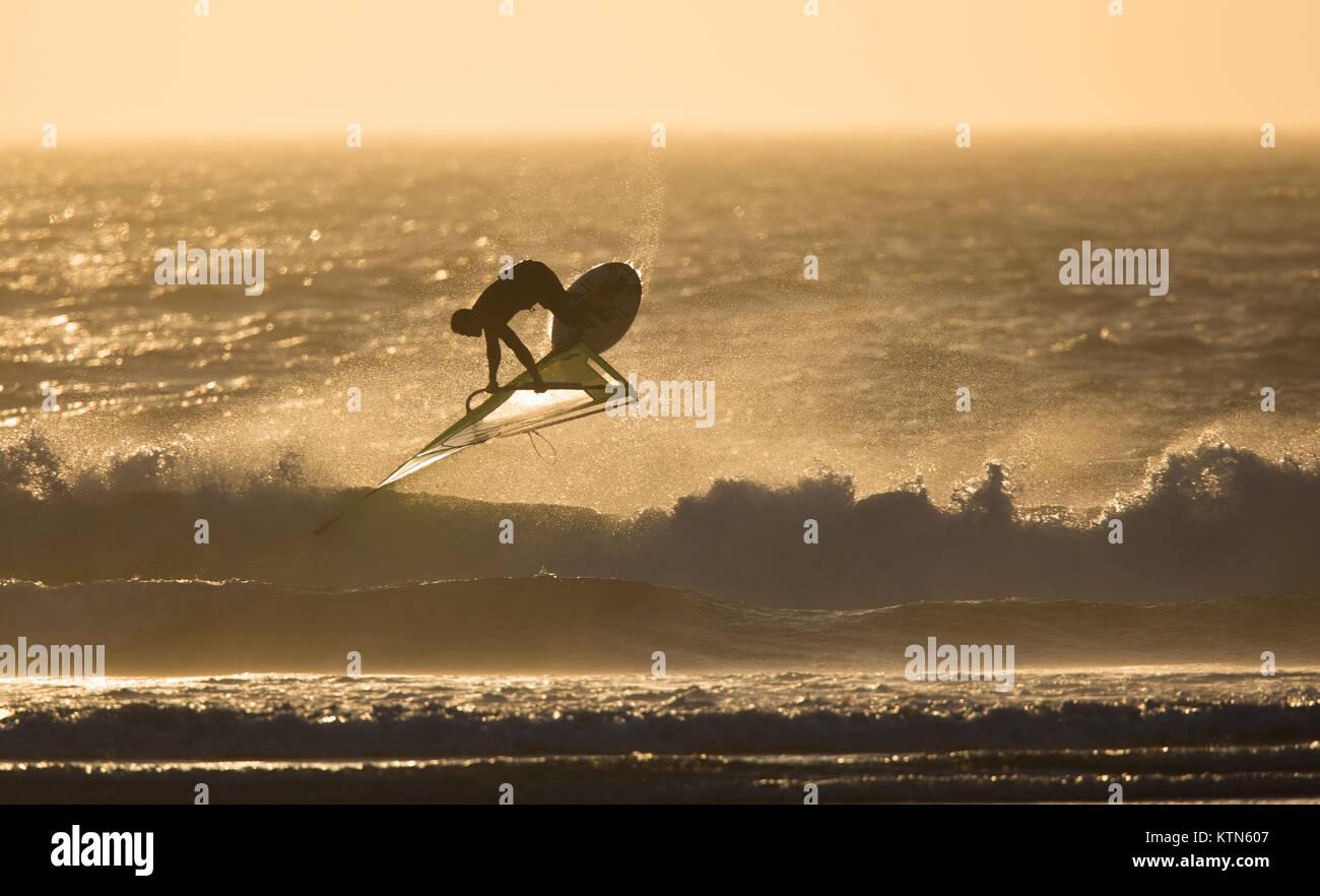 Boardsailing en el ocaso de los vientos Foto de stock