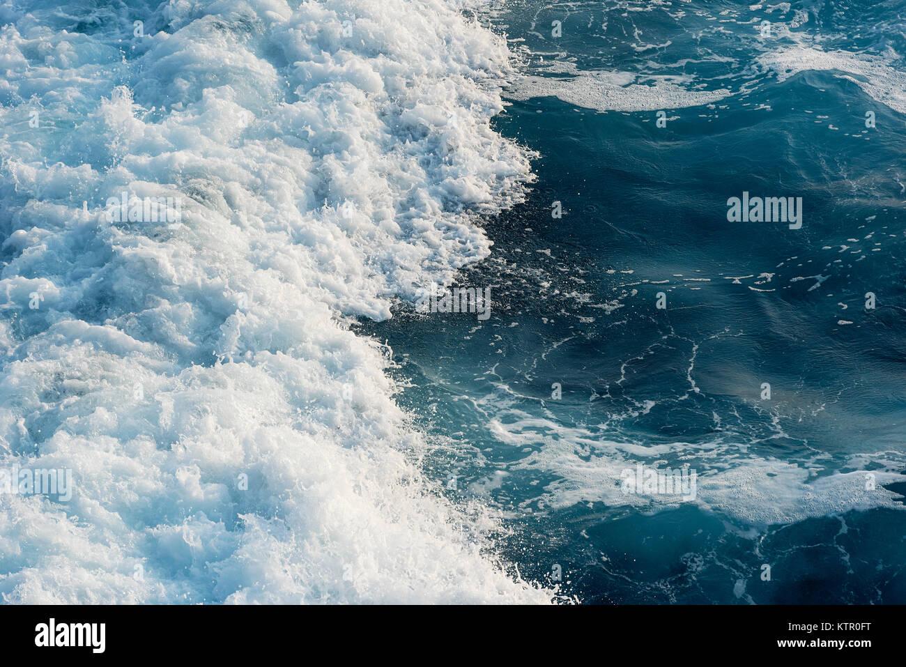 Rompiendo las olas del océano. Imagen De Stock