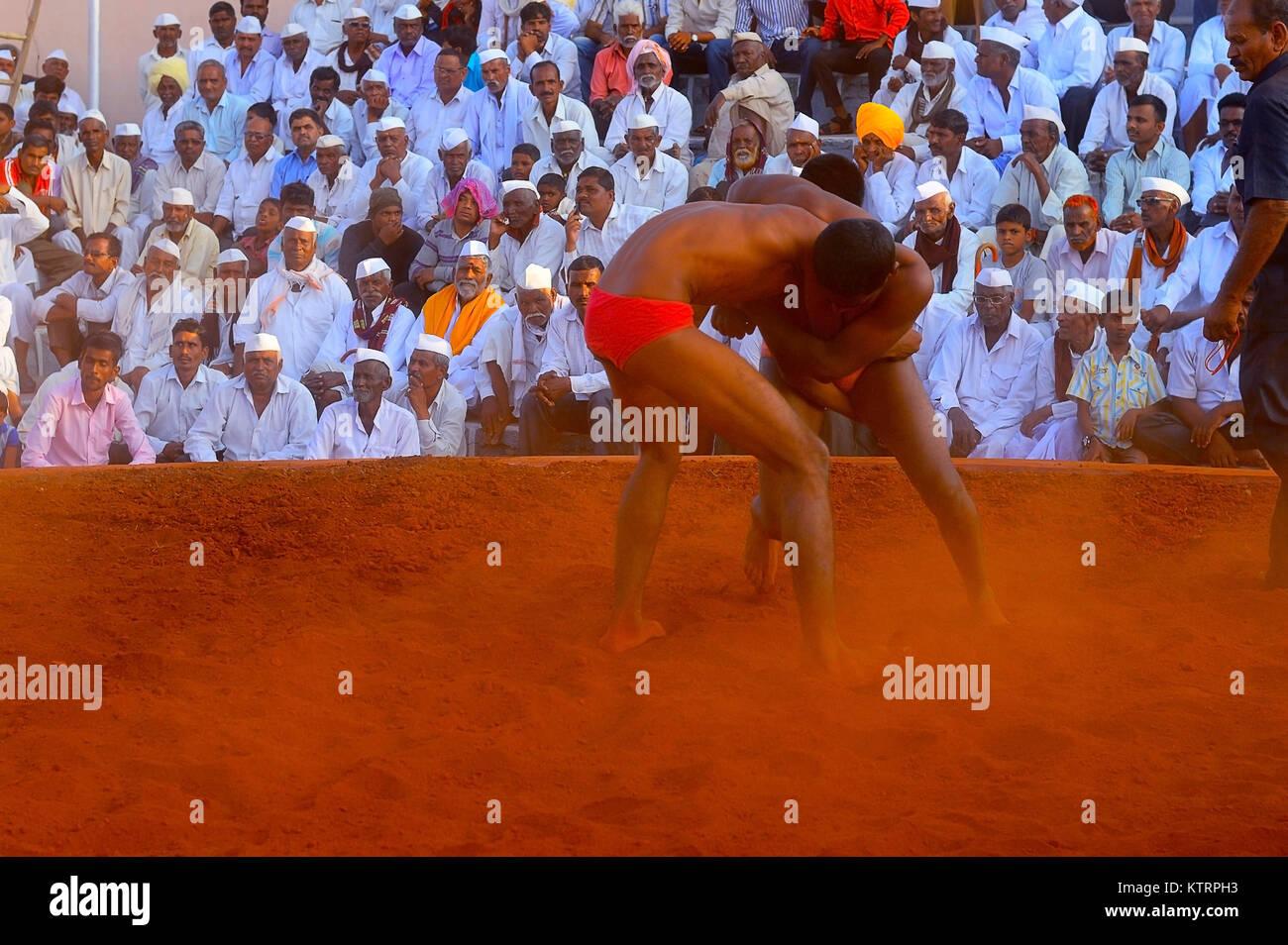 Tradicional (Kusti) competición de lucha en una aldea cerca de Shirur justo, Maharashtra Foto de stock