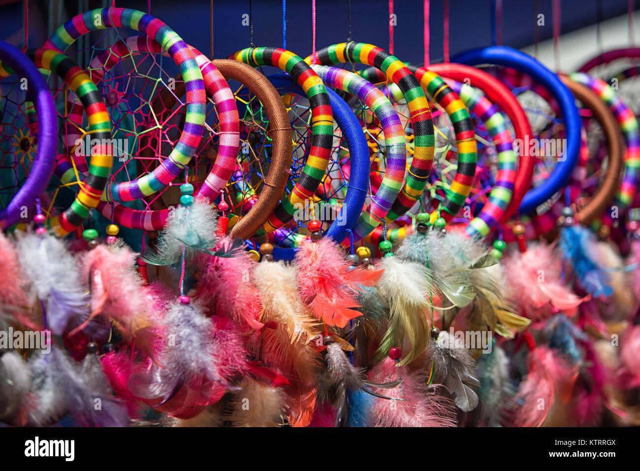 Otavalo, Ecuador - Diciembre 16, 2017: Coloridas artesanías indígenas en el mercado artesanal Sábado Imagen De Stock