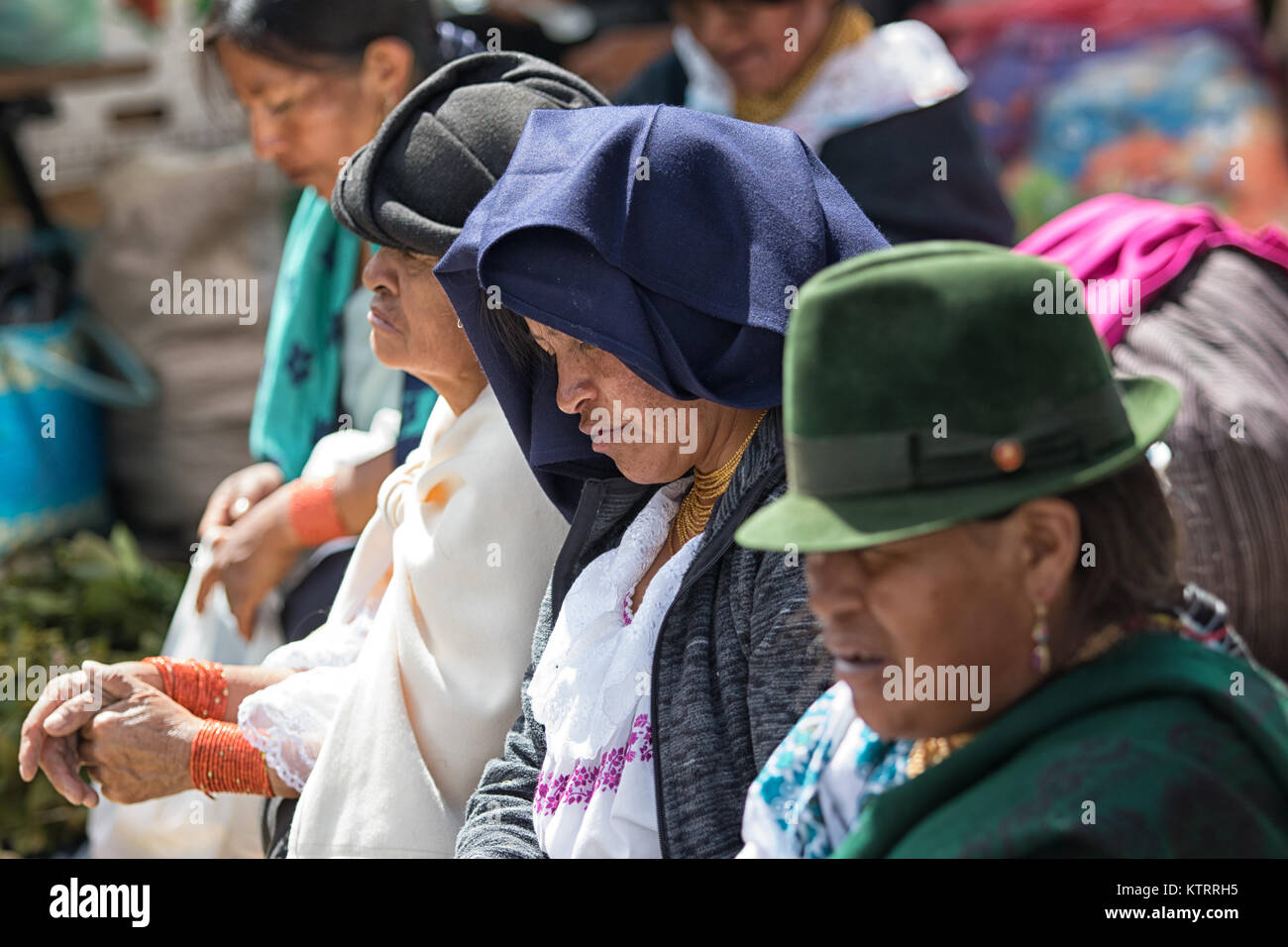 Otavalo, Ecuador-December 23, 2017: acercamiento de las mujeres indígenas vistiendo ropa tradicional Imagen De Stock