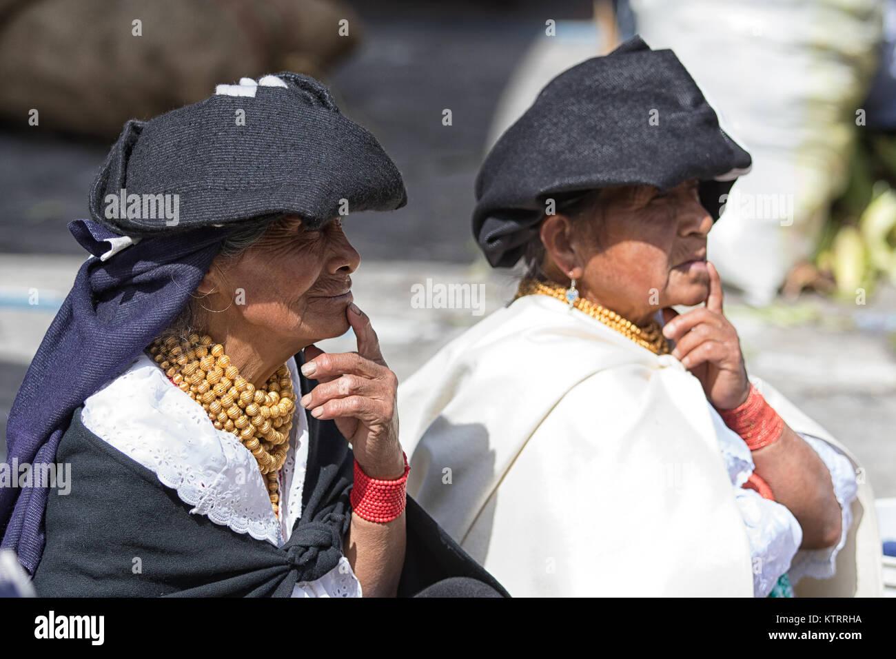 Otavalo, Ecuador-December 23, 2017: las mujeres indígenas quechuas vistiendo ropas tradicionales en el mercado Imagen De Stock