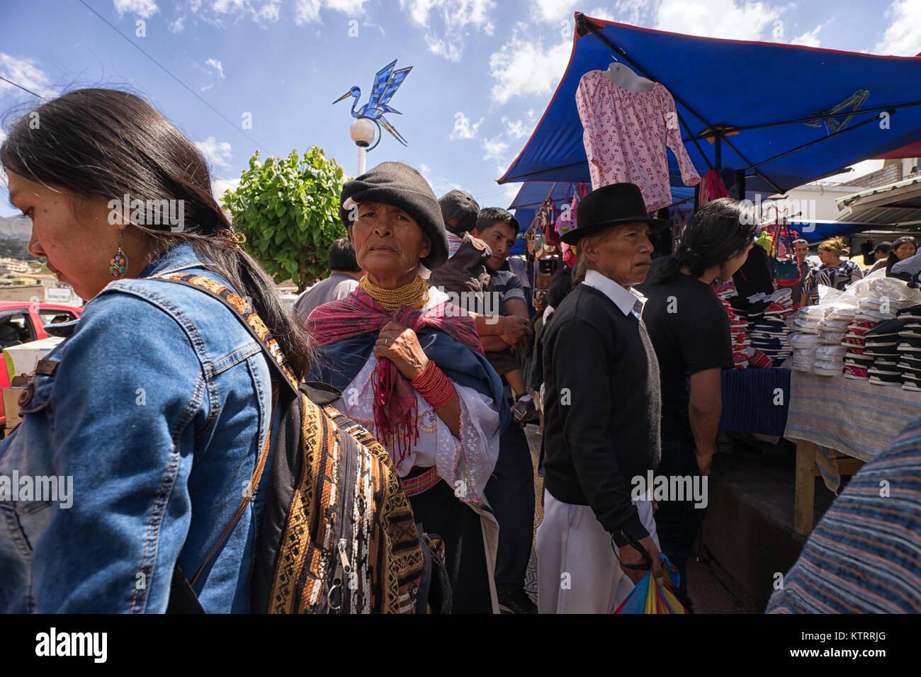 Otavalo, Ecuador-December 23, 2017: la gente en el mercado del sábado del pueblo indígena Imagen De Stock