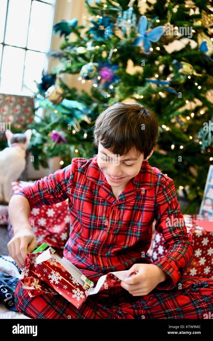 Jovencito en pijama de franela sobre el día de Navidad. Imagen De Stock