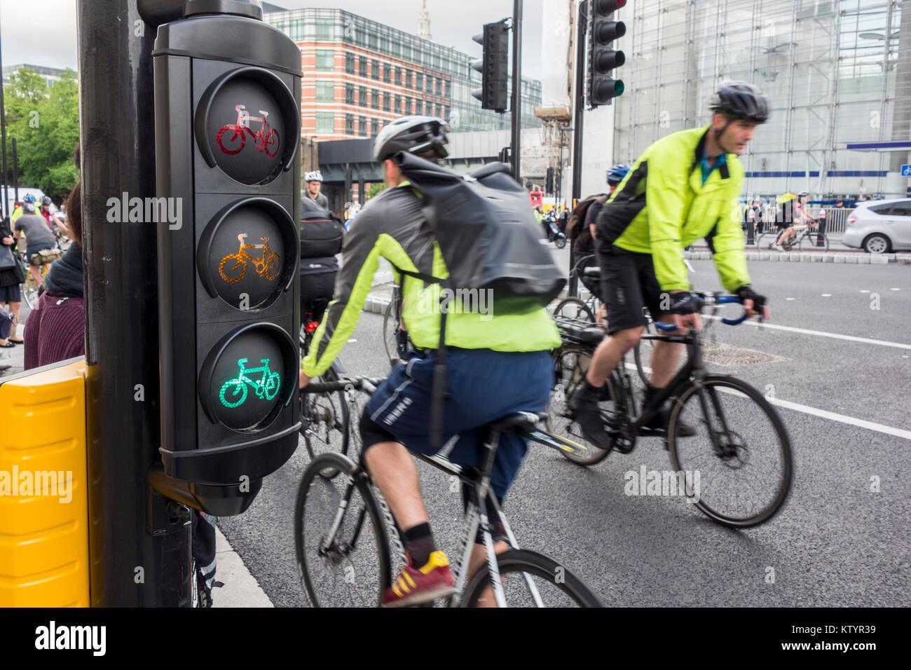Ciclo semáforos y ciclistas de ciclo Norte-sur / Autopista Supercarretera de ciclo 6, Blackfiars, Ciudad de Imagen De Stock