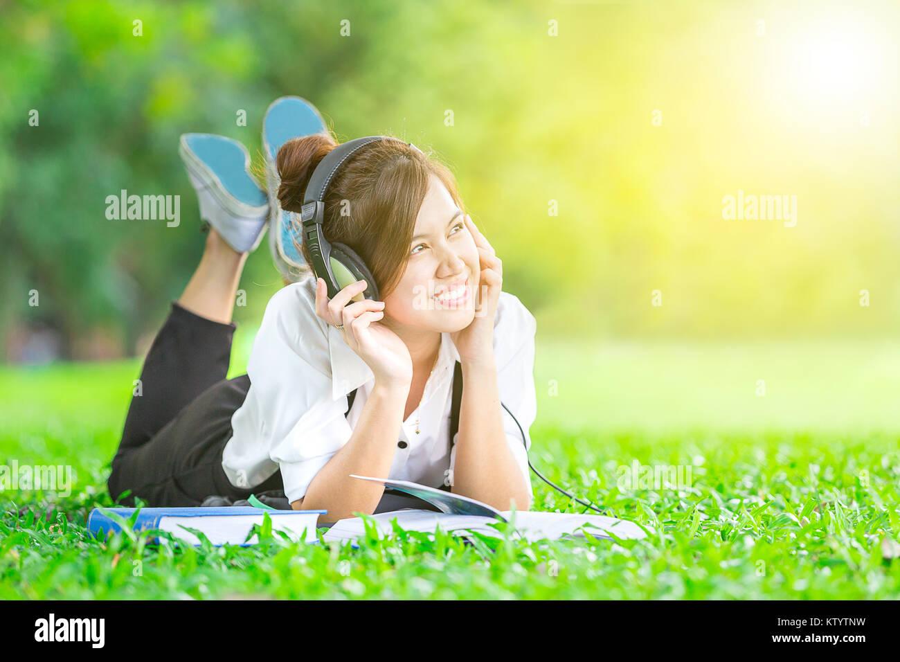 Estudiante Leer El Libro De Texto Y Escuchar Música Con