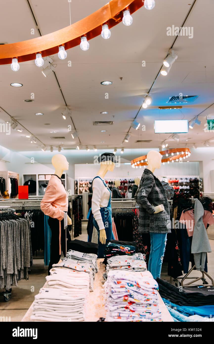 912575682a Maniquíes vestidos de mujer mujer ropa casual y ropa en las estanterías y  colgador en la