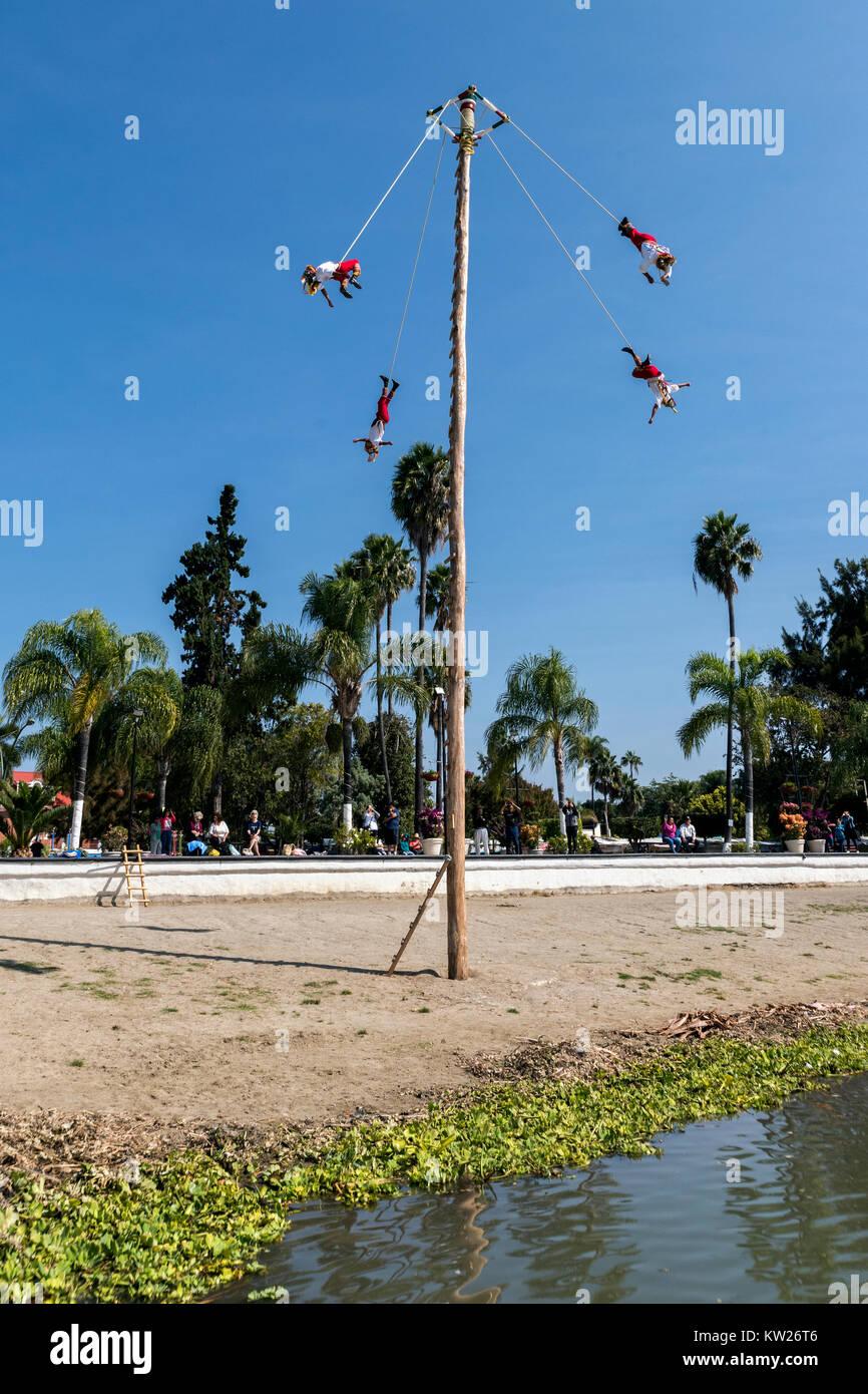 Danza de los Voladores. El lago de Chapala, Jalisco, México Imagen De Stock