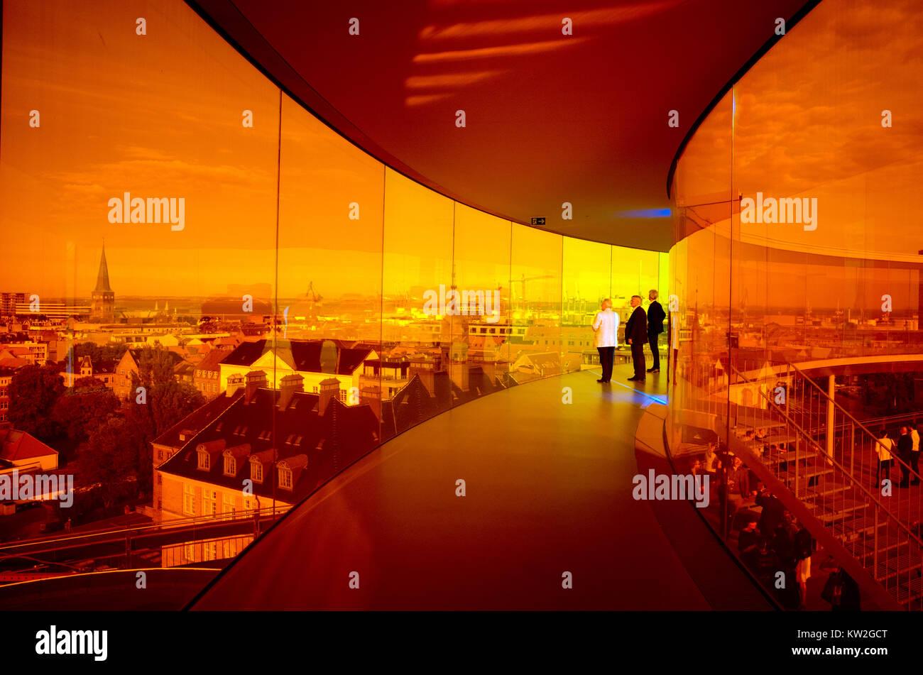 Los visitantes disfrutan de la Rainbow panorama de Aarhus en Aros Art Museum. El museo es el segundo más visitado en Dinamarca. Foto de stock