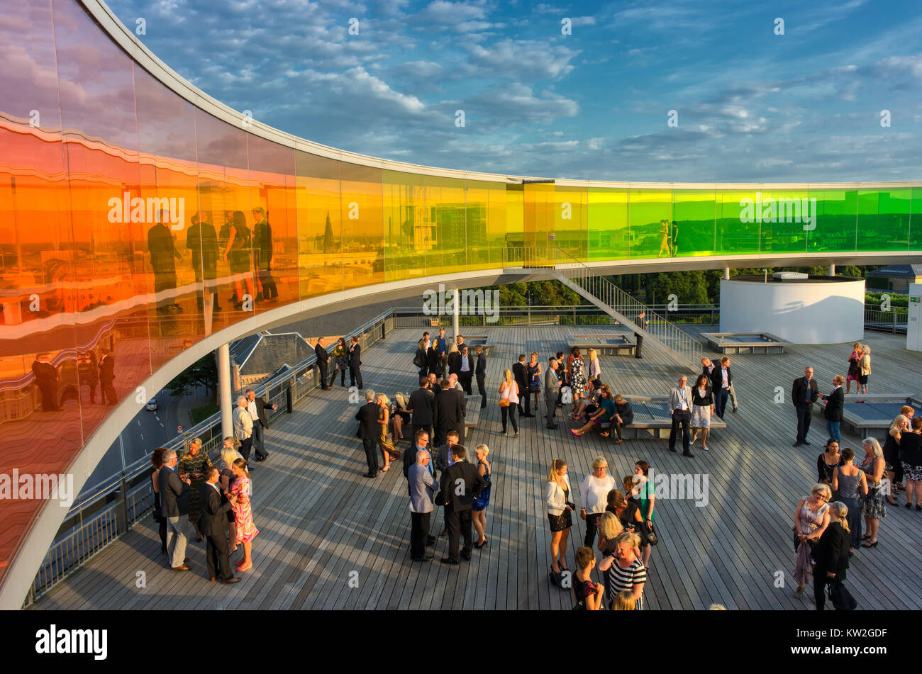 Los participantes de la Conferencia se mezclan bajo el panorama de arco iris en el techo del Museo de Arte de aros. El museo es el segundo más visitado en Dinamarca. Foto de stock