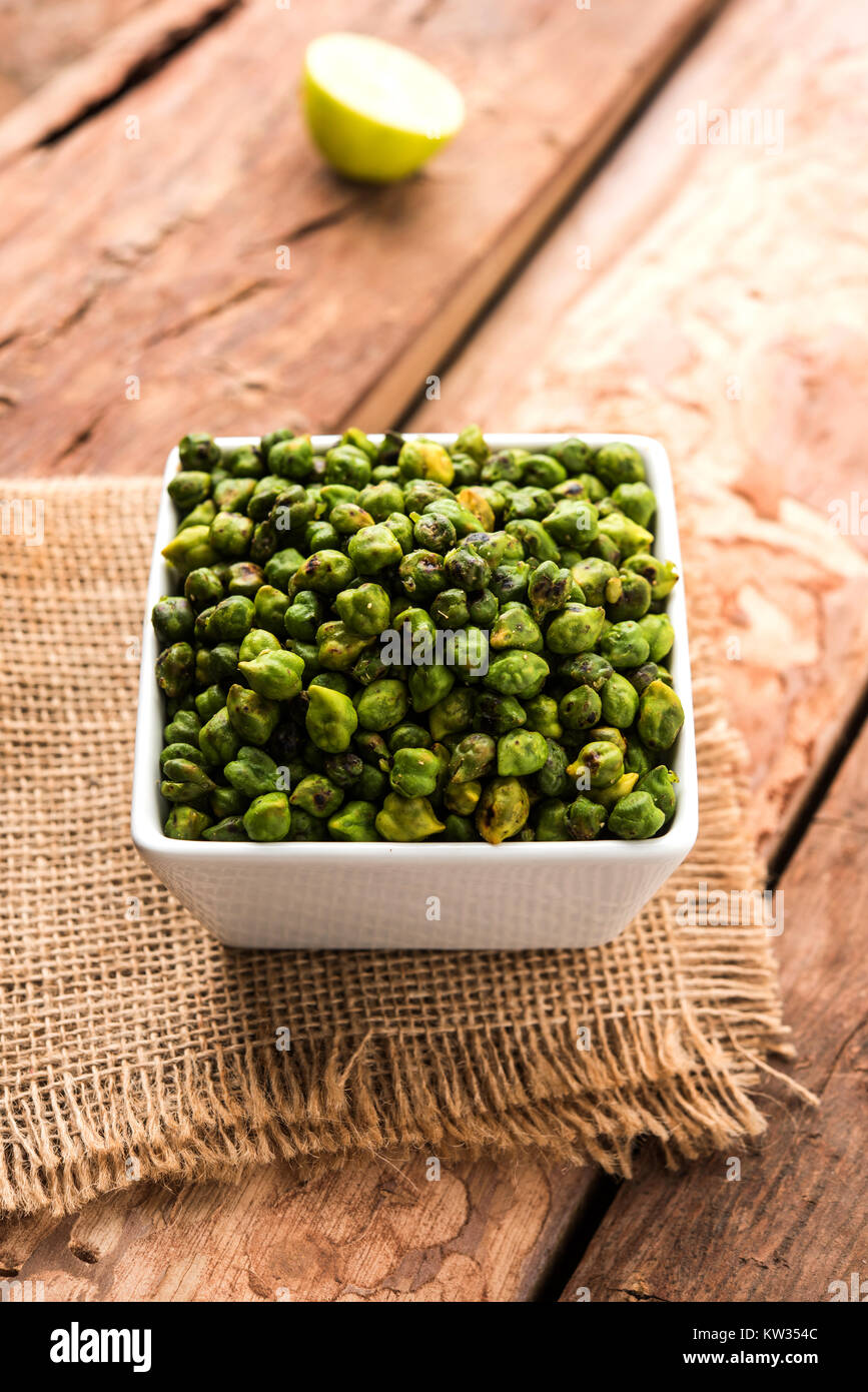 Verde fresco asado garbanzos o garbanzos o harbara en hindi también conocido como Cicer con una pizca de sal y chat masala y limón, tentempié popular desde la I Foto de stock