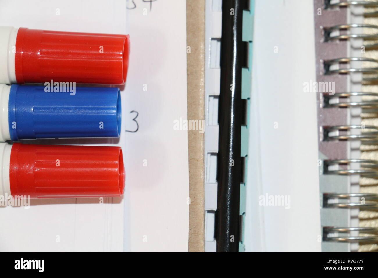 Rotuladores colocados sobre una mesa en la oficina. Bueno para el diseño de contenidos educativos. Imagen De Stock