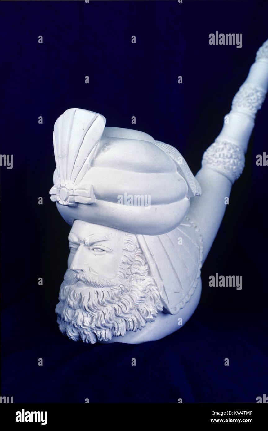 Tubo de Meerschaum tallada y retrato de Turbaned Turk, barbudo hombre turco o Pasha, tallada de Soft Sepiolite Mineral en Eskisehir, Turquía Foto de stock