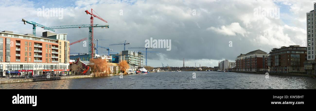 DUBLUN, Irlanda- El 4 de febrero de 2017: parte moderna de Dublin Docklands o muelles de silicio, la construcción Foto de stock
