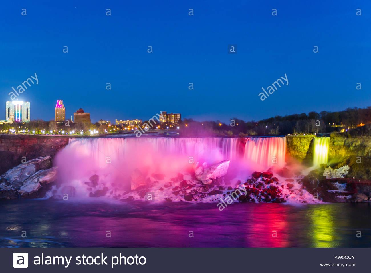 Las American Falls en el atardecer iluminado por luces de colores. Imagen De Stock