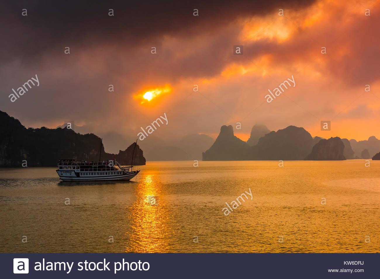Atardecer en la Bahía de Halong, Vietnam del Norte. La bahía posee 3.000 karsts de piedra caliza y dolomita Imagen De Stock