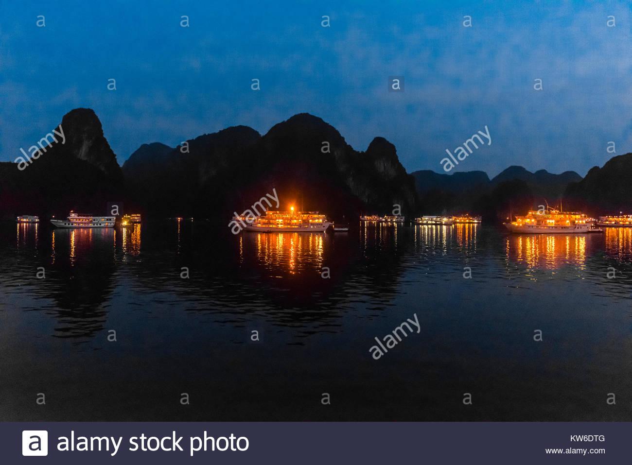 Tour de los buques atracados por la noche en la Bahía de Halong, Vietnam del Norte. La bahía posee 3.000 Imagen De Stock