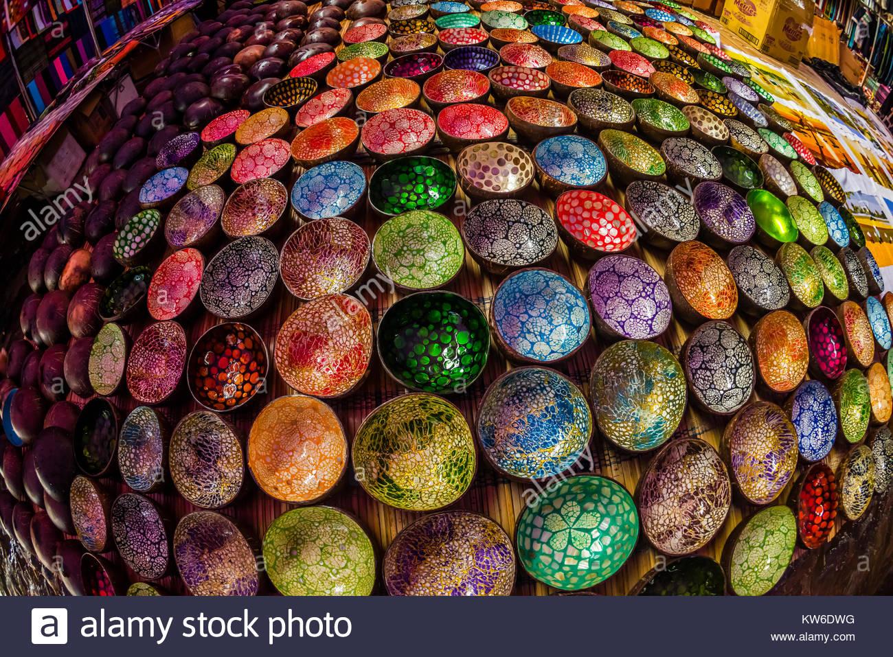 Colorido laca vietnamita cuencos de cáscara de coco, mercado dominical en ba ja, Vietnam del Norte. Cada domingo Foto de stock