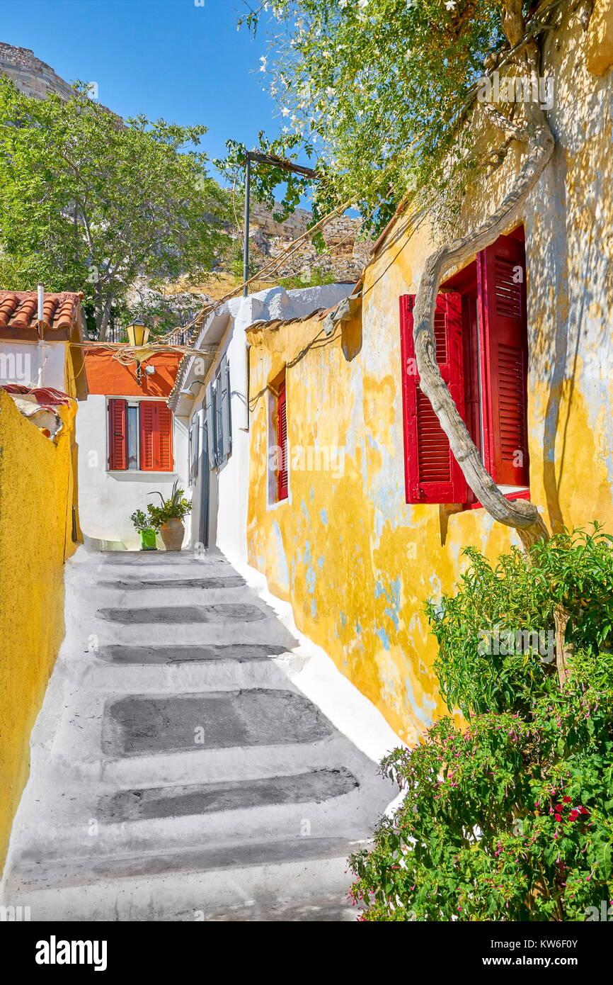 Coloridas casas en el barrio Anafiotika bajo la Acrópolis, Atenas, Grecia Imagen De Stock