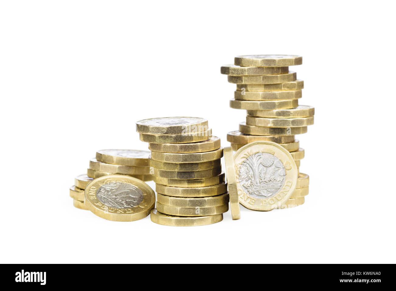 Tambaleante montones de monedas de la libra esterlina británica Foto de stock
