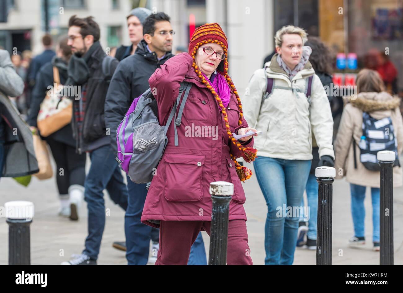 Mujer vistiendo coloridos de lana tejida a mano chullo gorro con orejeras  trenzadas en invierno en 52abb826abb