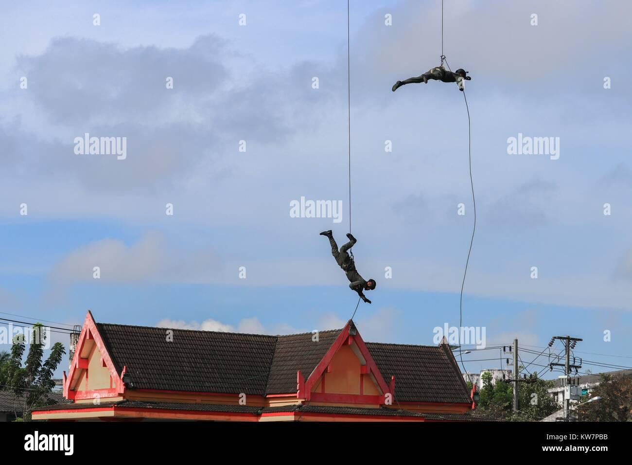 Soldado dos rapel con cuerda en blue sky Imagen De Stock