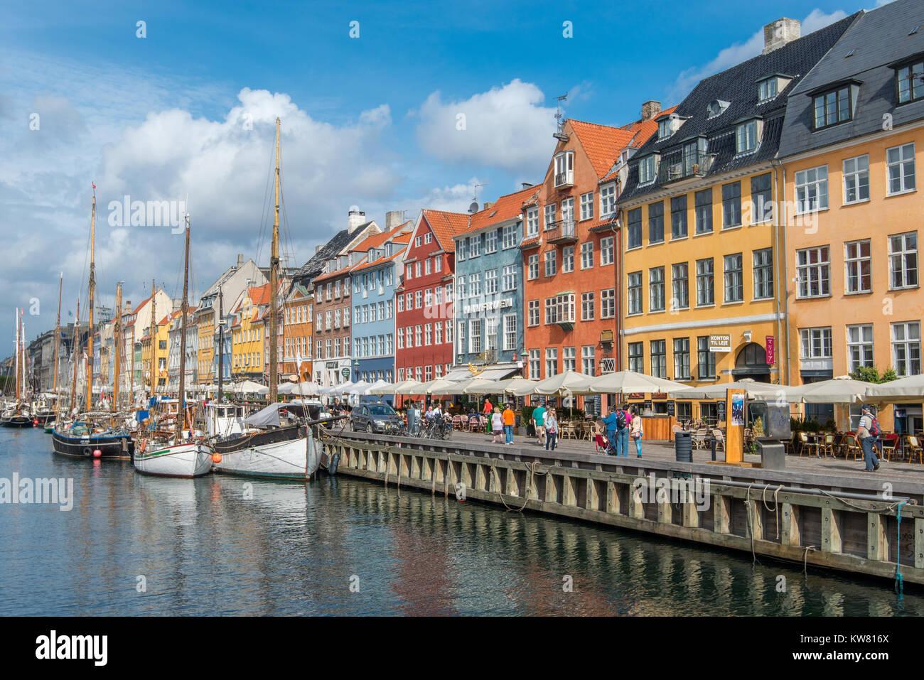 Nyhavn, un barrio portuario del siglo XVII en el centro de Copenhagen, y actualmente una atracción turística popular waterfront y el distrito de entretenimiento. Foto de stock