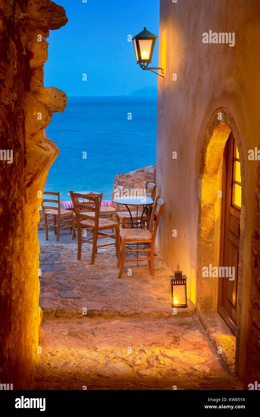Calle romántica en la antigua ciudad medieval de Monemvasia, Peloponeso, Grecia Imagen De Stock