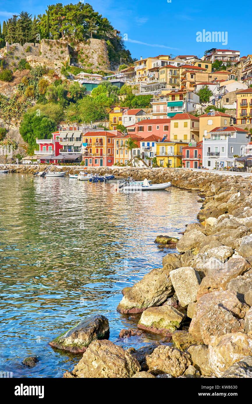 Coloridas casas en Parga, Grecia resort Imagen De Stock