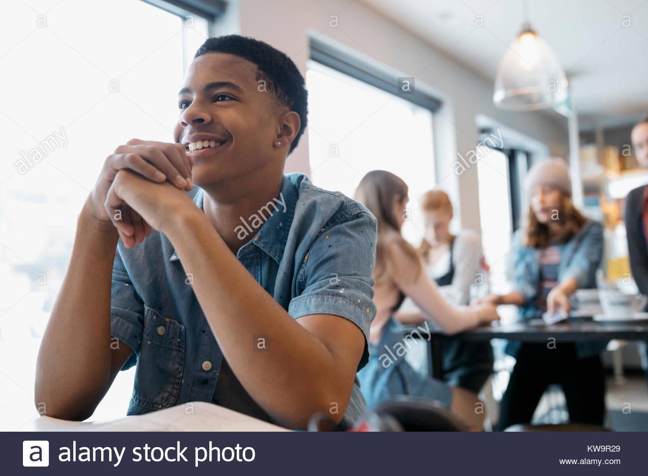 Sonriendo,confianza high school americano africano joven estudiante en cafe Imagen De Stock