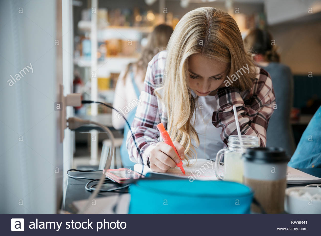 Centrado Caucasian high school girl estudiante en cafe Imagen De Stock
