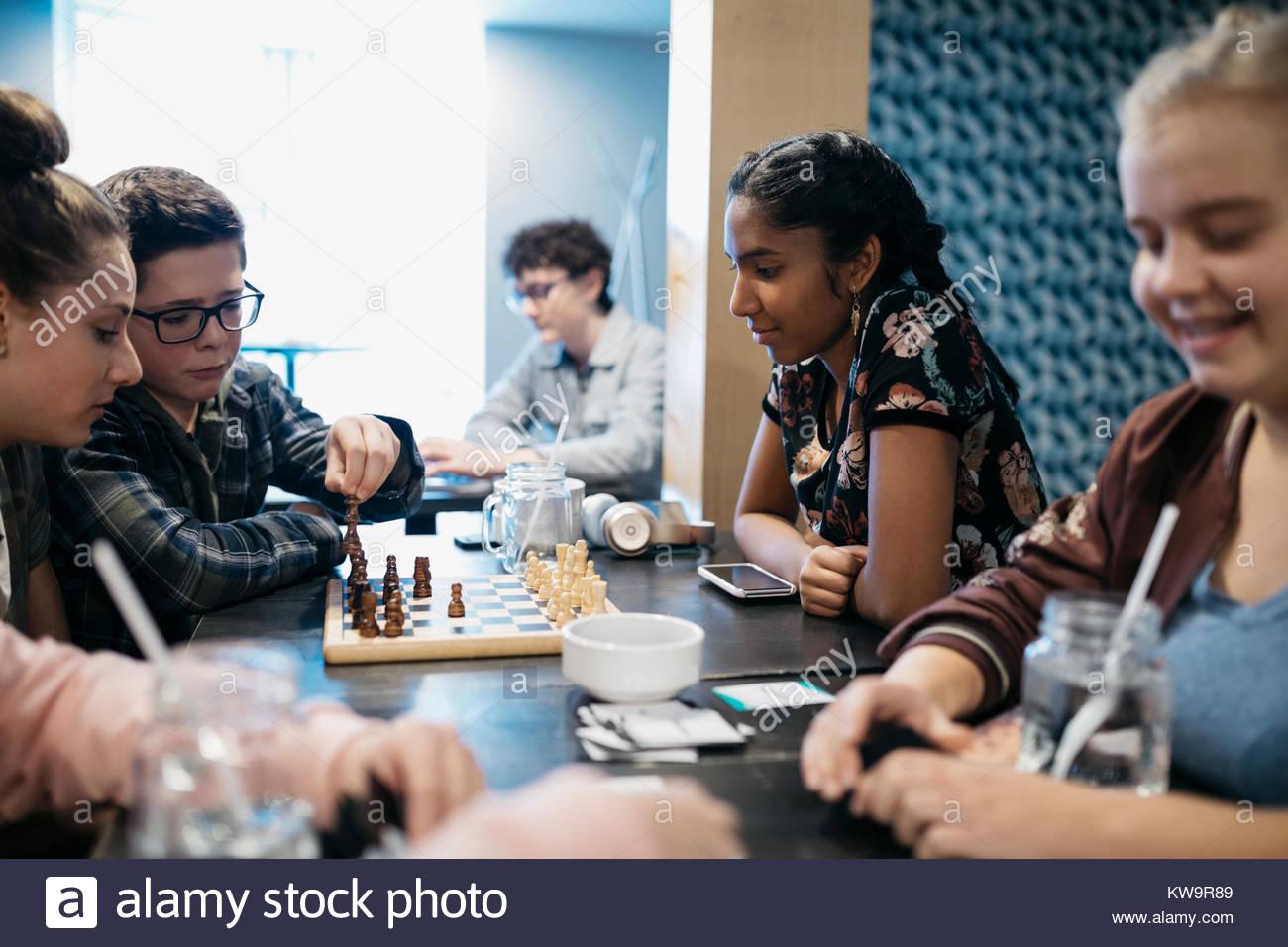 Tween amigos jugando al ajedrez en el café la tabla Imagen De Stock