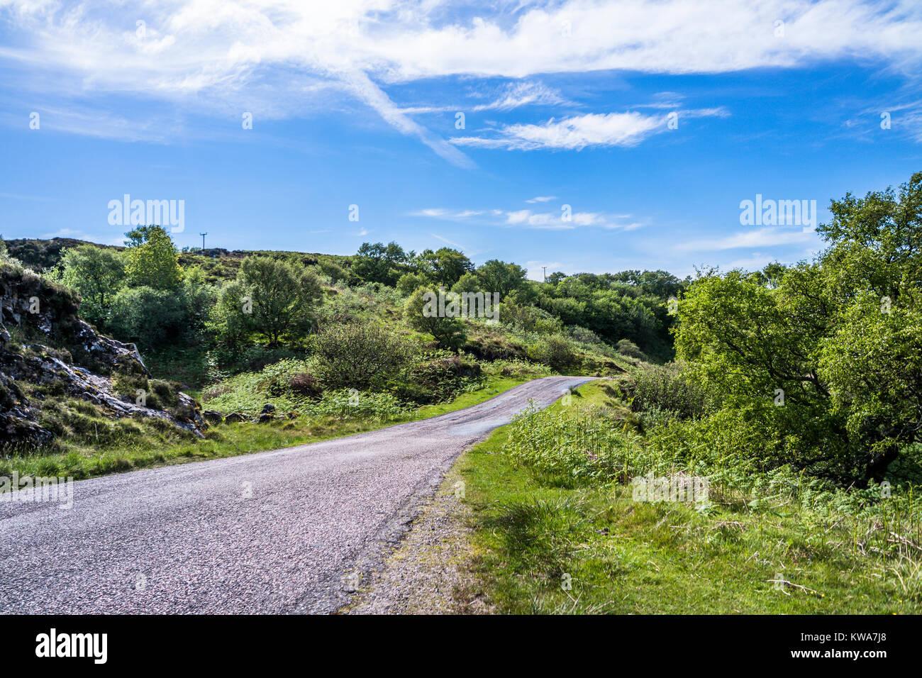 Single track Road a través de las tierras altas de Escocia, Reino Unido Foto de stock
