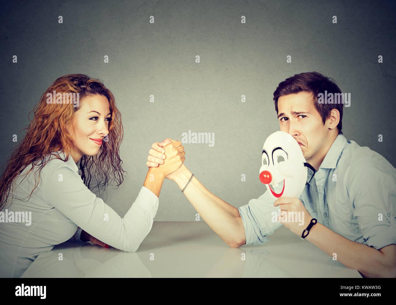 Mujer y hombre tener competencia en arm wrestling luchando por los derechos de género Imagen De Stock