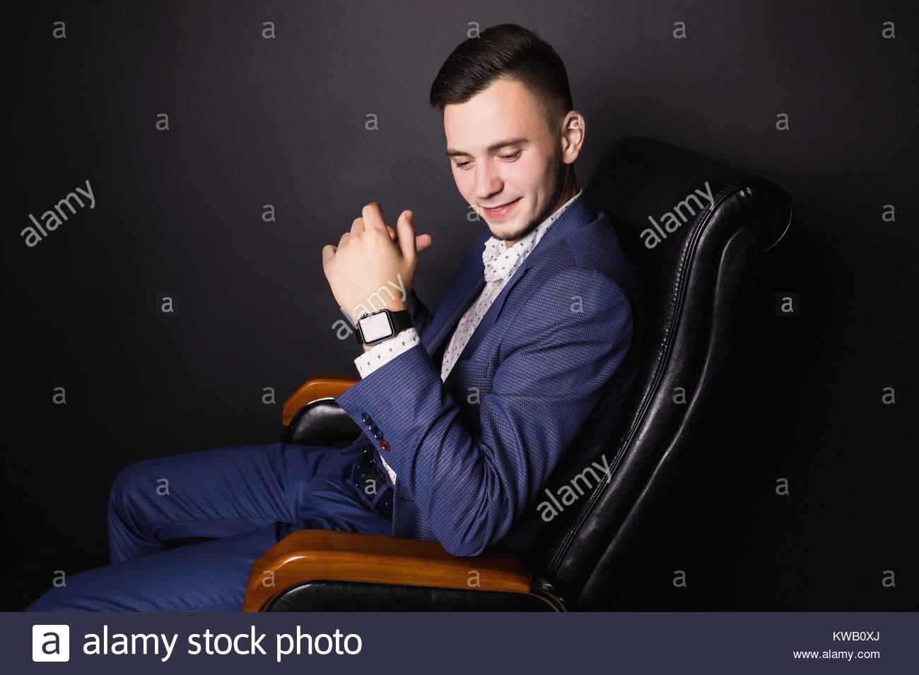 242bc9828 Un joven empresario exitoso en un traje de negocios y camisa blanca ...