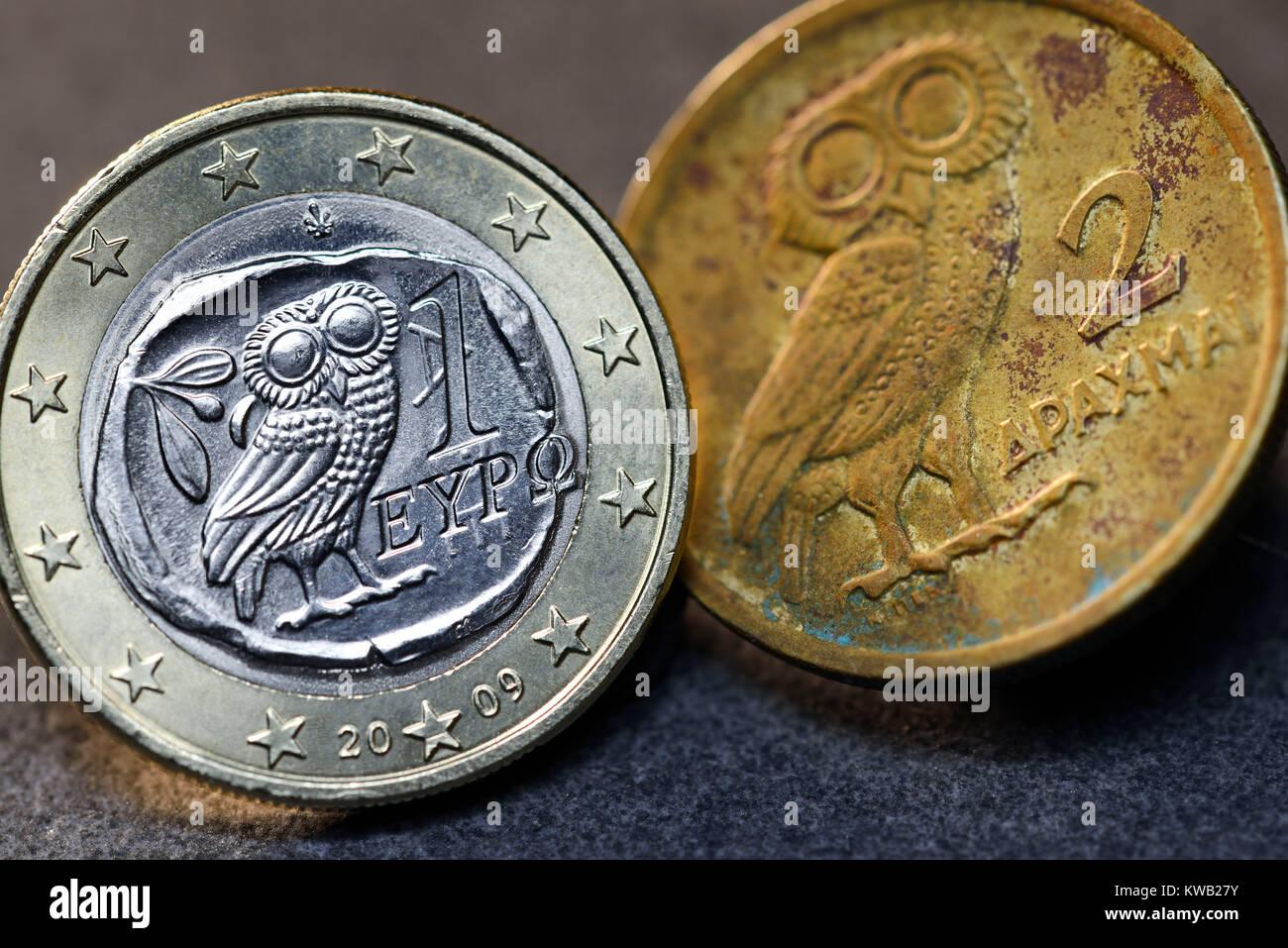 Euro-monedas uno griego y Griego, Griechische drachm Ein-Euro-M?nze und griechische Drachme, Griechische Ein-Euro-Muenze und griechische Drachme Foto de stock