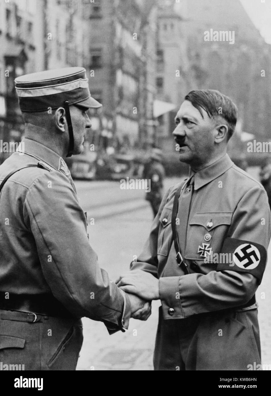 El Canciller alemán, Adolf Hitler, un apretón de manos con un Brownshirt al Partido Nazi de día. Nuremberg, 1937. Foto de stock