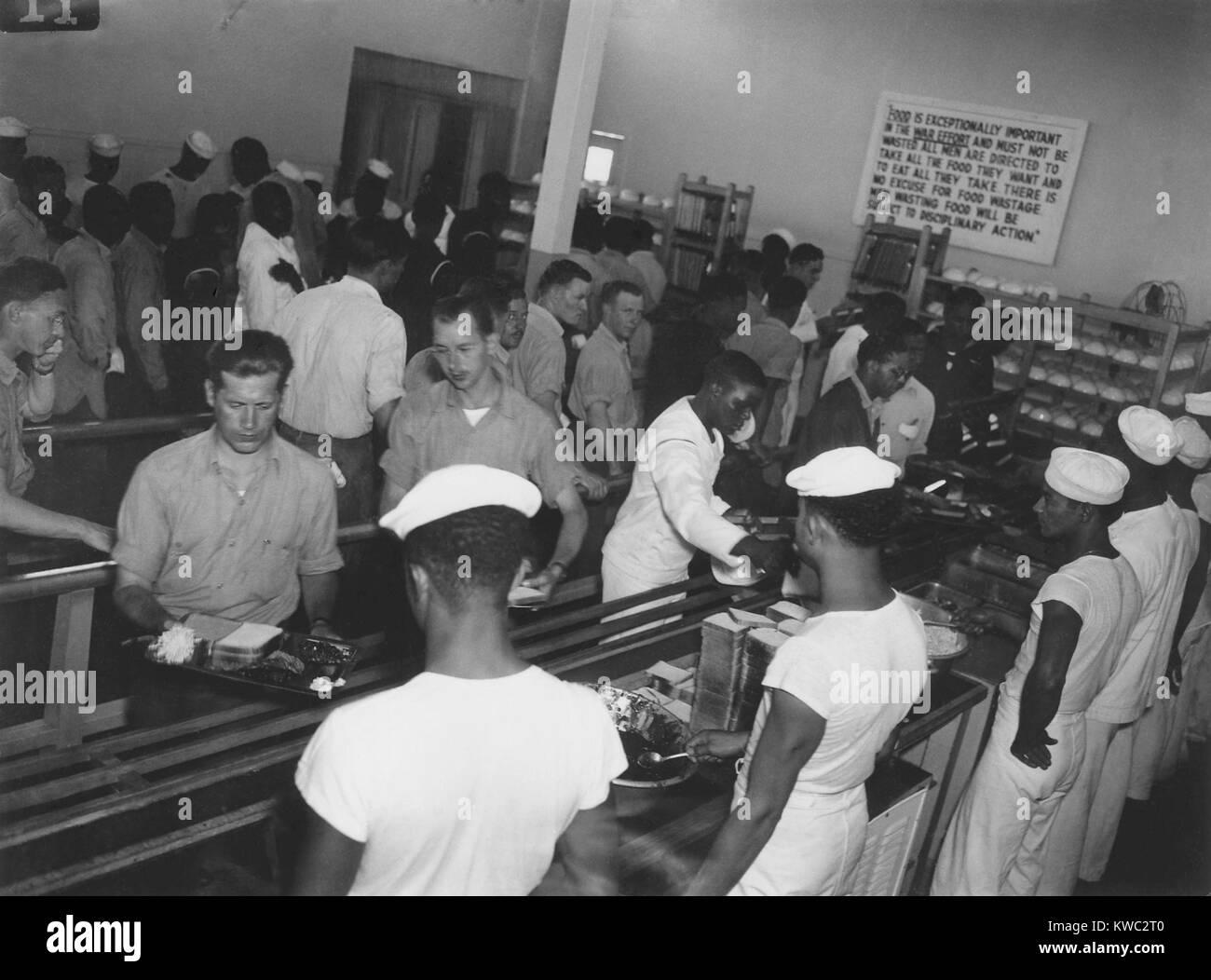 América africanos alistados en Cantina sirviendo a los blancos en primer lugar en Hastings, Nebraska, 1944. En junio Foto de stock