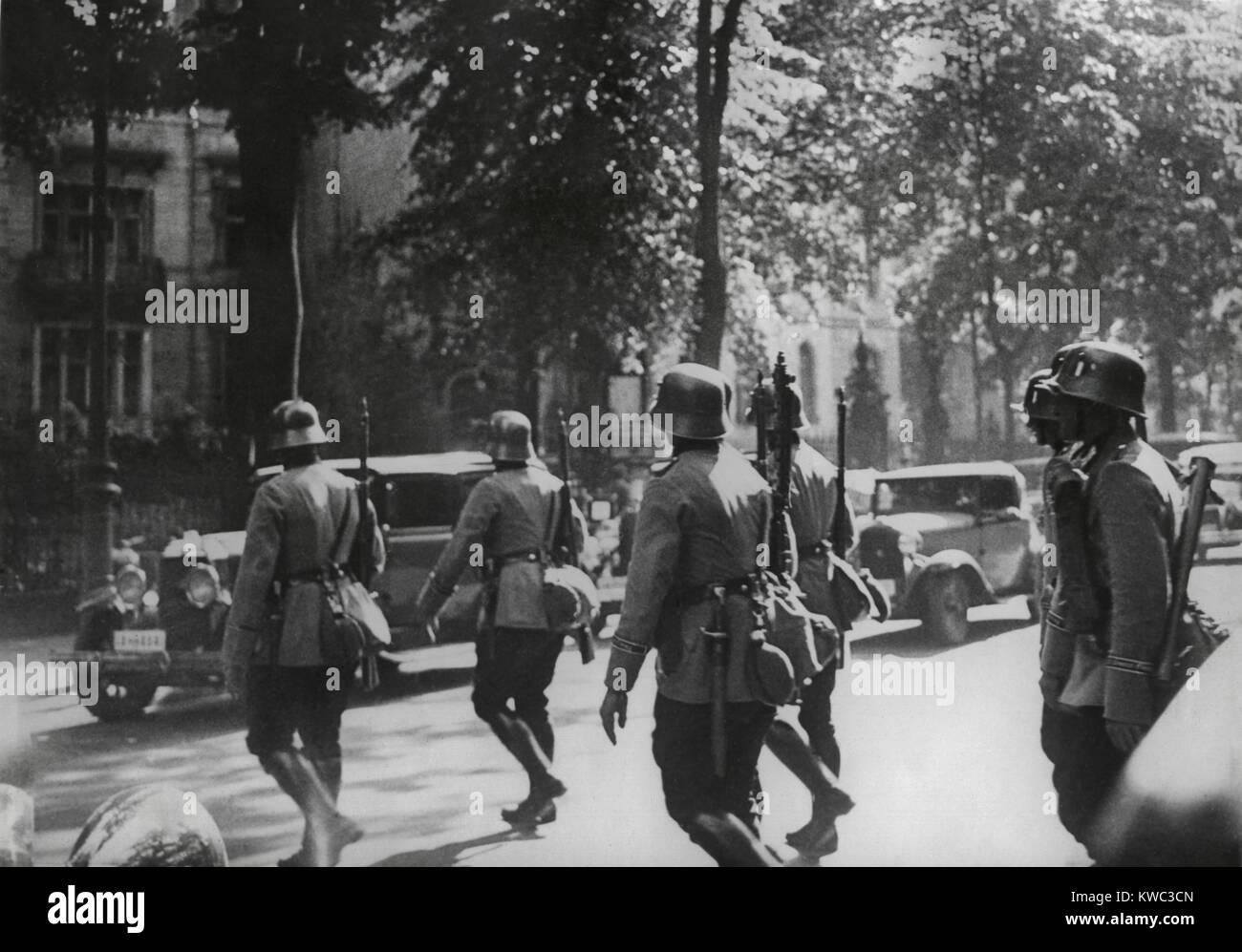 Patrulla del ejército alemán en Berlín durante la purga del partido nazi Sturmabteilung (SA) el liderazgo. 30 de Foto de stock