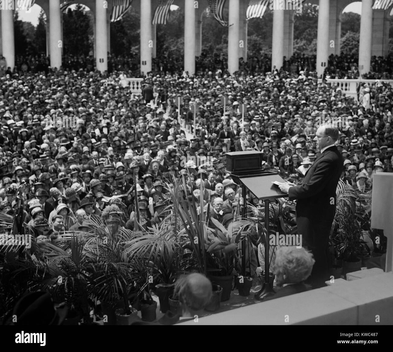 El presidente Calvin Coolidge proporcionando dirección Memorial en Arlington anfiteatro. El 30 de mayo de 1924. Foto de stock