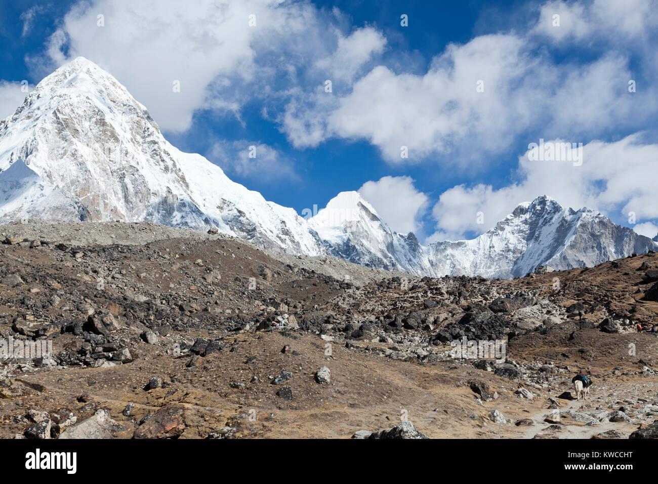 Monta Everest y Lothse, camino hasta el campamento base del Everest Imagen De Stock