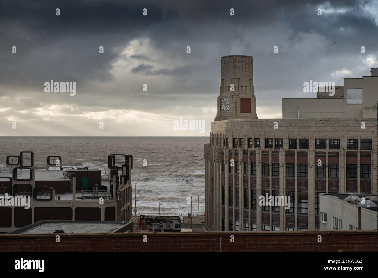 Antiguo edificio Woolworths Blackpool con el espectacular cielo Foto de stock