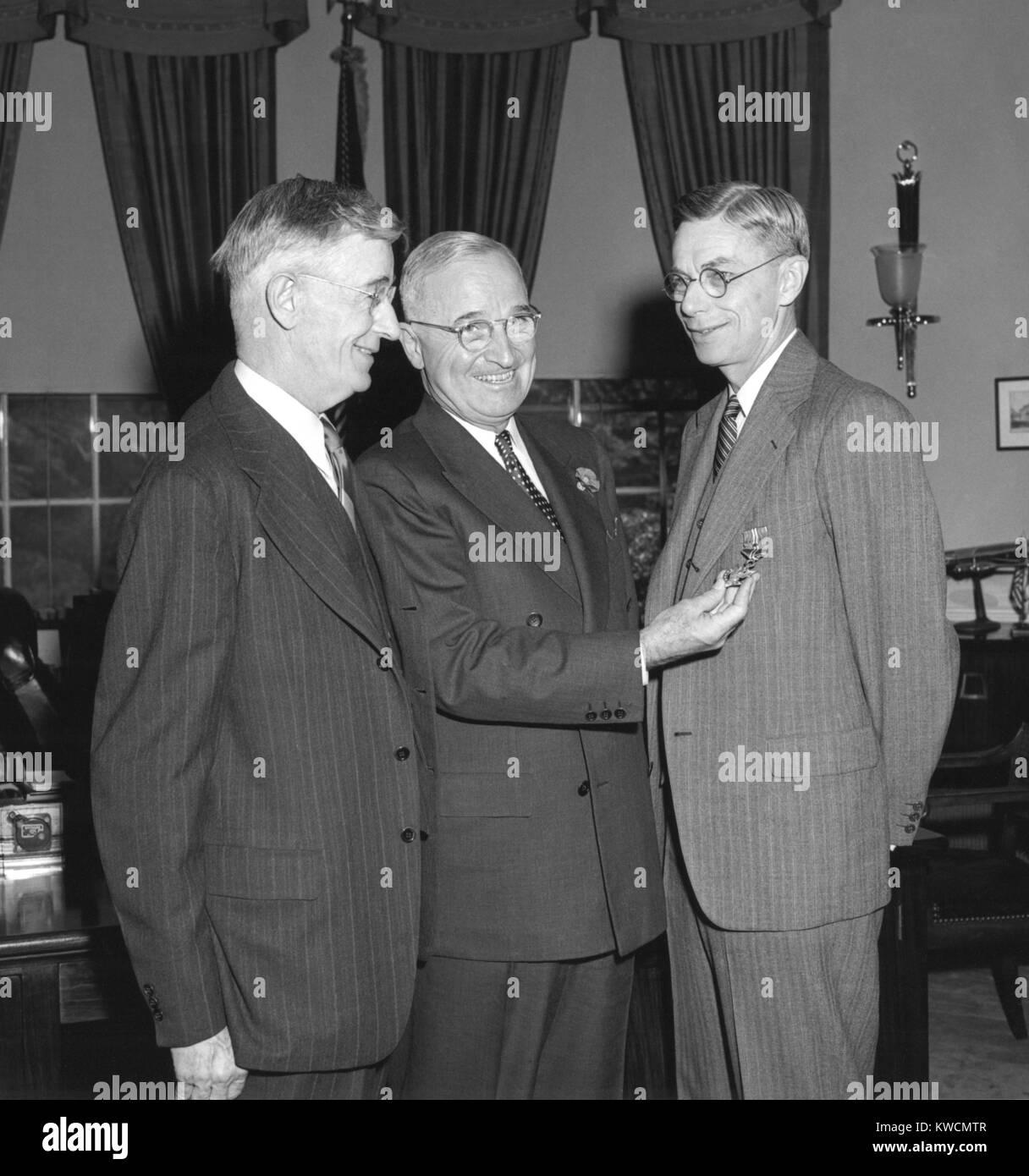 El presidente Harry Truman, centro, presentando el químico Dr. James Conant con la Medalla al Mérito de hojas de Foto de stock